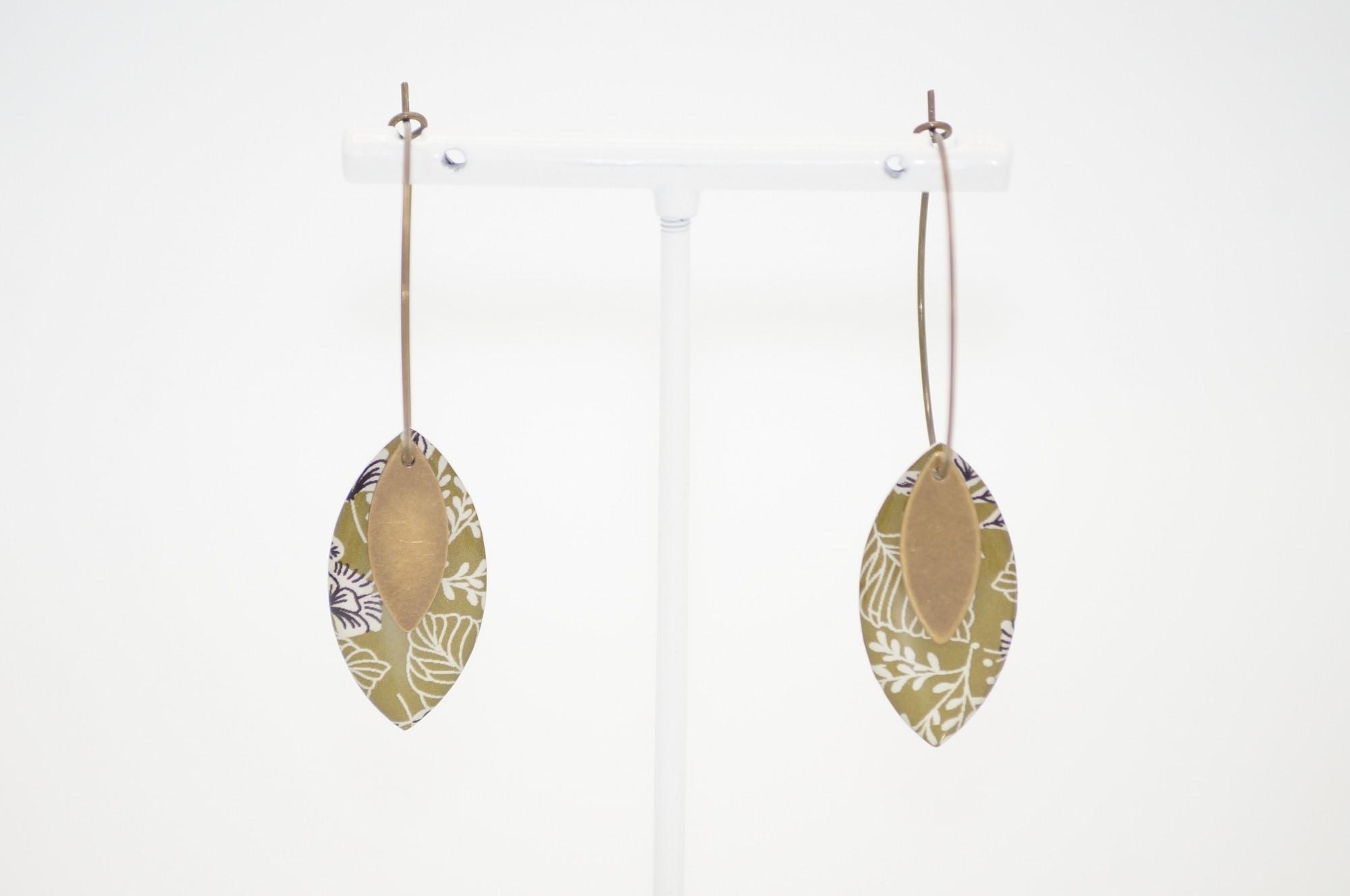 Boucle d\'oreille créole à médaillon résiné imprimé La Belle Camille Lou Bronze